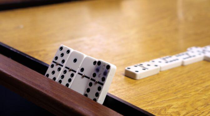 Dominosteine auf dem Tisch